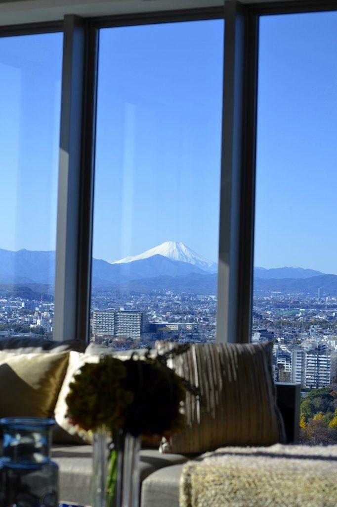 室内から富士山を望む