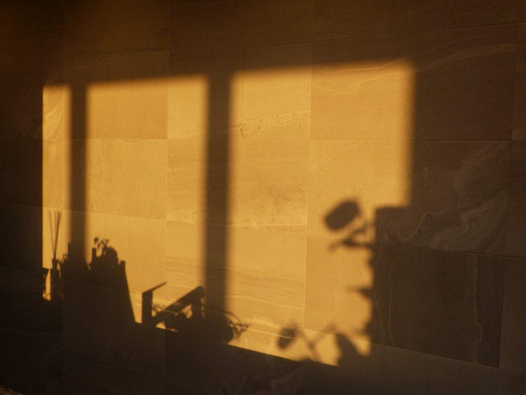 モデルルーム キッチンの壁面。2020年2月当社撮影。