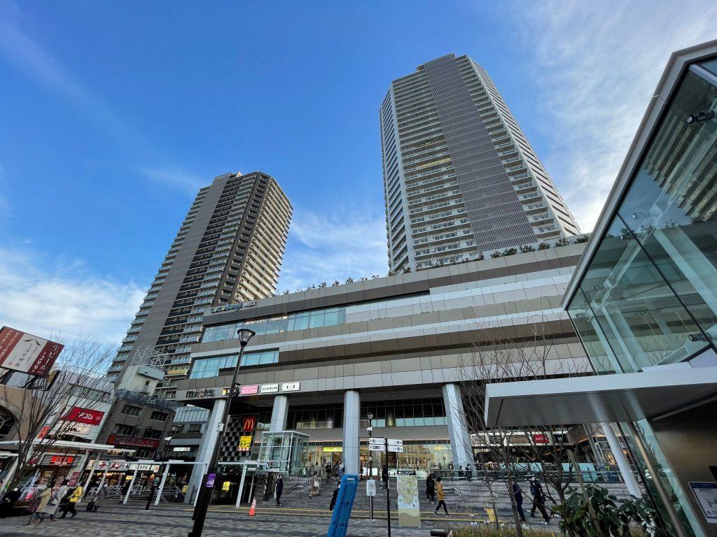 国分寺駅北口交通広場からツインタワーを仰ぐ。※2021年1月当社撮影