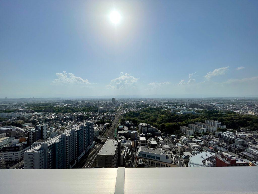 ウエスト棟26階から西側を望む。2021年4月弊社撮影。