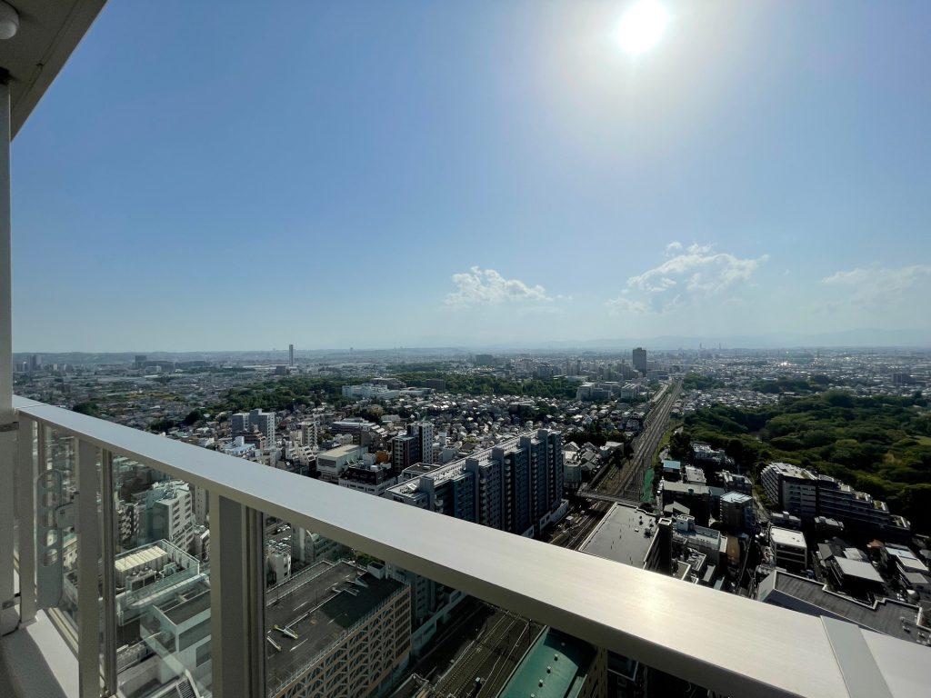 ウエスト棟26階から南西側を望む。2021年4月弊社撮影。