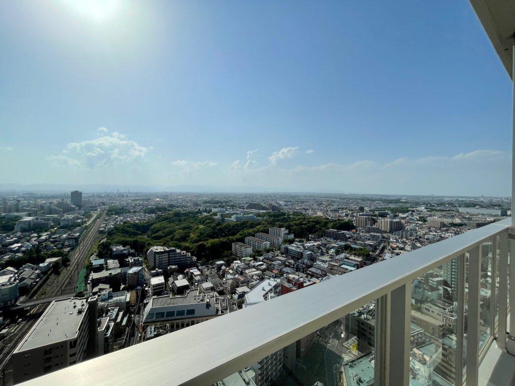 ウエスト棟26階から北西側を望む。2021年4月弊社撮影。